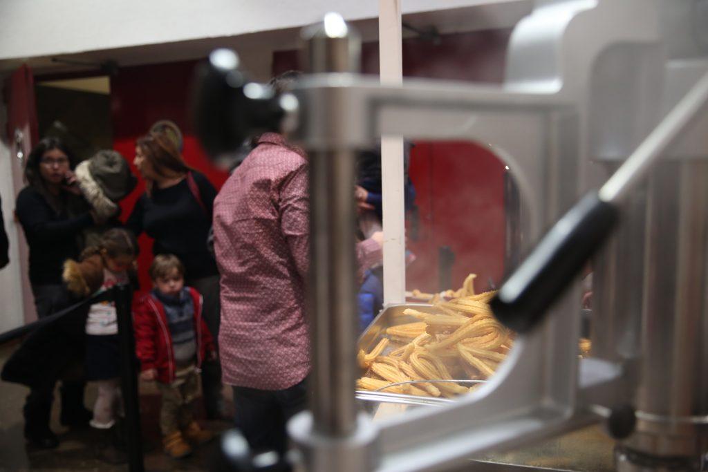 Elaboración en directo de churros con chocolate. Churro Fiesta, fiesta infantil y churros